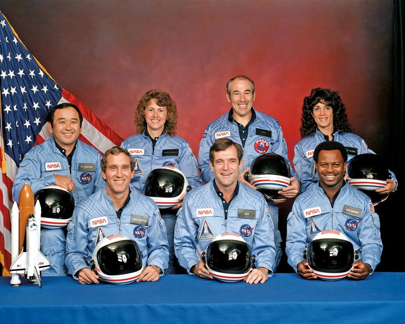 Ekipa Challengera. Z prozdu, od lewej: Michael J. Smith, Dick Scobee, Ronald McNair; z tyłu - od lewej: Ellison Onizuka, Christa McAuliffe, Gregory Jarvis, Judith Resnik fot.arch. NASA/Wikipedia Do katastrofy promu kosmicznego Challenger doszło 28 stycznia 1986 r. nad stanem Floryda. Na skutek uszkodzenia pierścienia uszczelniającego w prawym silniku rakiety dodatkowej wahadłowiec rozpadł się w 73. sekundzie lotu. W katastrofie zginęła cała 7-osobowa załoga.Katastrofa spowodowała 32-miesięczną przerwę w programie lotów wahadłowców.