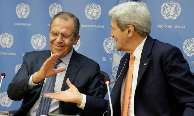 Siergiej Ławrow (z lewej) i John Kerry fot.Andrew Gombert/EPA