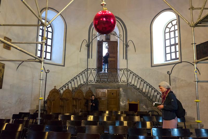Przygotowania do obchod—w prawosławnego Bożego Narodzenia w Bazylice Narodzenia Pańskiego w Betlejem fot.Jim Hollander/EPA