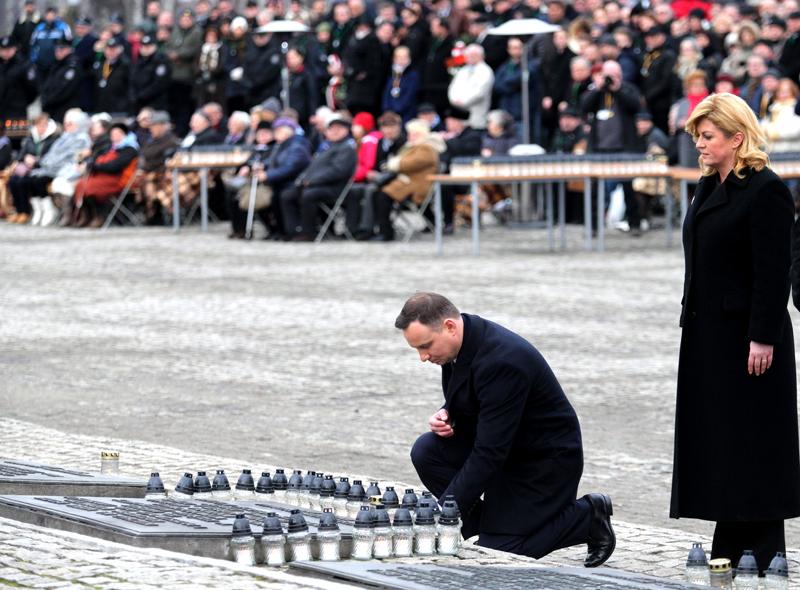Prezydent Andrzej Duda i prezydent Chorwacji Kolinda Grabar-Kitarovic (z prawej) podczas uroczystości w Auschwitz fot.Andrzej Grygiel/EPA