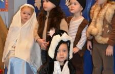 Aleks, Olivia i Zuzia jako pastuszkowie oraz Ivo w roli kotka