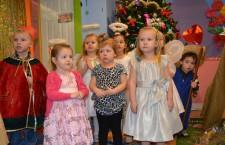 Amelia, Kaila, Sara jako dzieci przybyłe do stajenki