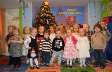 Przedszkolaki recytują życzenia dla babć i dziadków