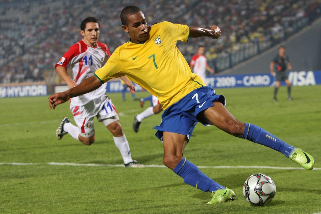 fot.Ali Haider/EPAepa01896587 Alex Teixeira (R) of Brazil fights for the ball with Diego Madrigal (L) player of  Costa Rica, during their semi final match of the FIFA U-20 World Cup in Cairo, Egypt, 13 October 2009.  EPA/ALI HAIDERfot Ali Haider/EPA