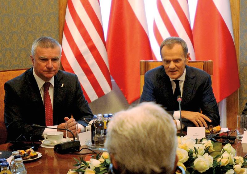 Zdjęcie archiwalne z 2013 roku. Od lewej: Paweł Graś i ówczesny premier rządu Donald Tusk fot.Bartłomiej Zborowski/EPA
