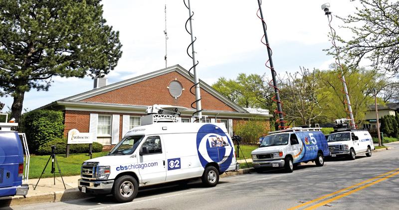 Zaginięcie Sinead O'Connor w Wilmette wzbudziło spore zainteresowanie wszystkich lokalnych mediów. Na zdjęciu: ekipy telewizji przed posterunkiem policji w Wilmette fot.Matt Marton/EPA