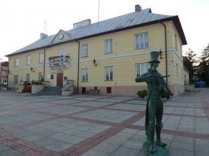Ratusz w Szczebrzeszynie z pomnikiem chrząszcza fot.Lysy/Wikipedia