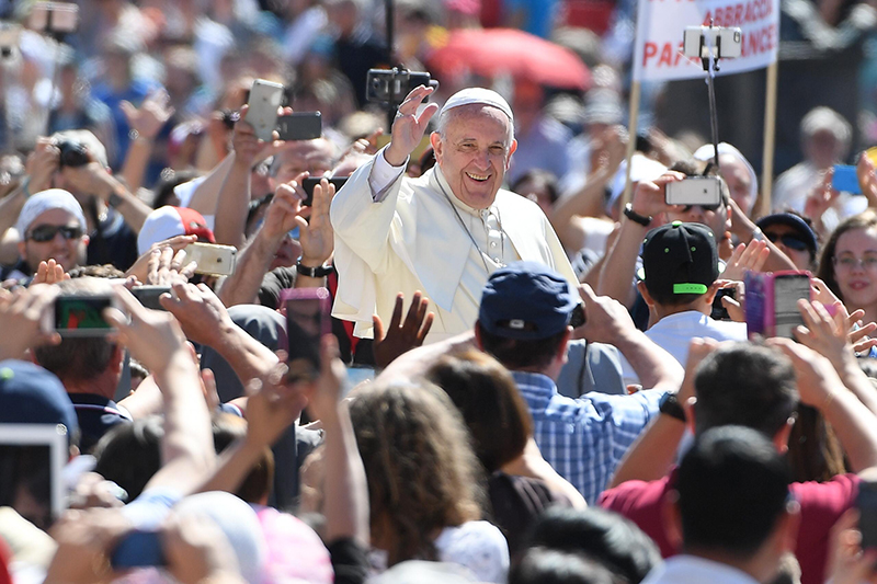 epa05374285 Pope Francis arrives for his Jubilee Audience in St.Peter Square, Vatican City, 18 June 2016.  EPA/MAURIZIO BRAMBATTI