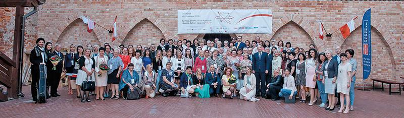 Pamiątkowa fotografia uczestników zjazdu w Ostródzie fot.Ośrodek Doskonalenia Nauczycieli Stowarzyszenia Wspólnota Polska Facebook