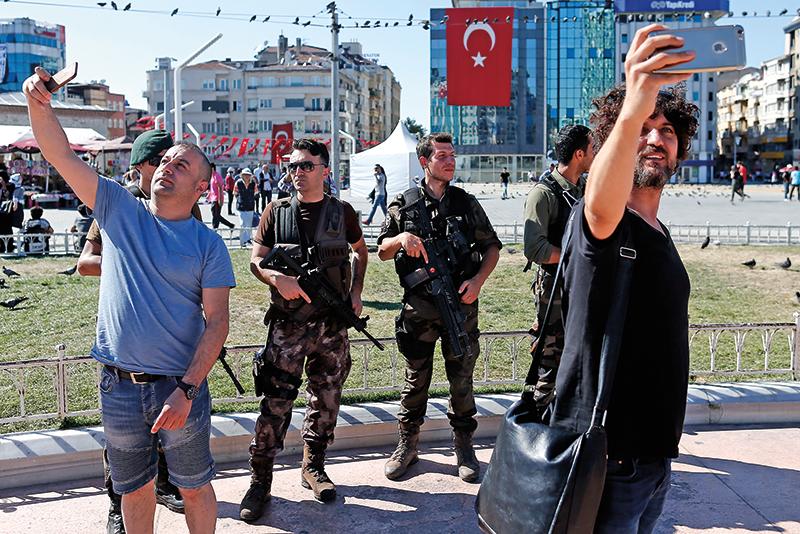W Turcji trwa stan wyjątkowy. Na ulicach pojawiło się wojsko. Mieszkańcy i turyści robią sobie zdjęcia z żołnierzami fot.Sedat Suna/EPA