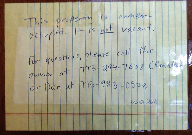 Kartka na drzwiach mieszkania numer 322