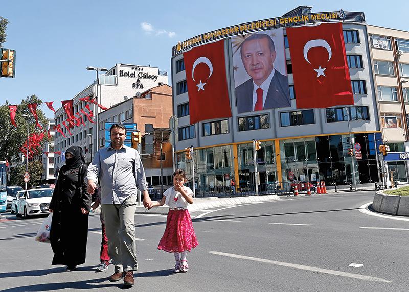 Prezydent Turcji Recep Tayyip Erdogan na gigantycznym posterze w centrum Stambułu fot.Sedat Suna/EPA