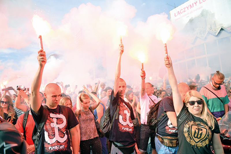 Kotwica na koszulkach mieszkańców Warszawy w rocznicę wybuchu Powstania Warszawskiego fot.Bartłomiej Zborowski/EPA
