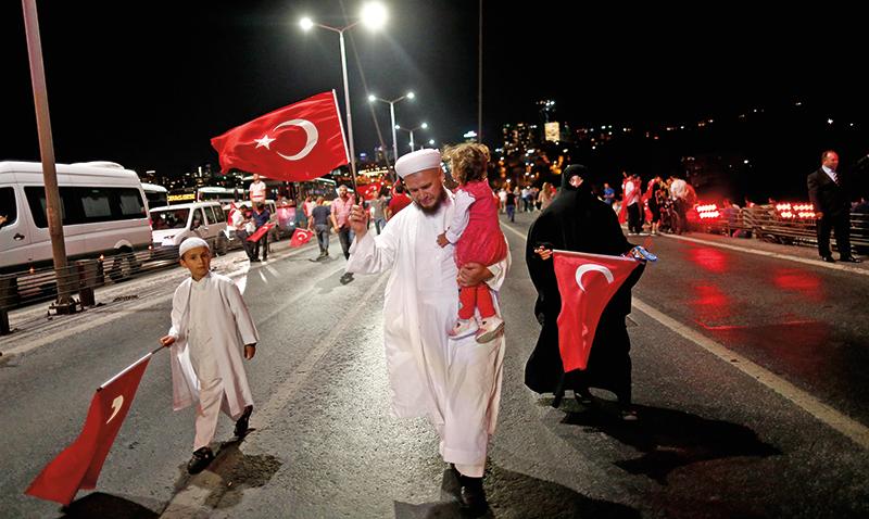 Zwolennicy prezydenta Erdogana na ulicach Stambułu fot.Sedat Suna/EPA