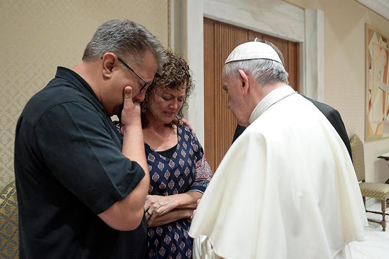 Papież Franciszek spotkał się z rodzicami zamordowanego w Rzymie Beau Solomona fot.L'Osservatore Romano/Handout/EPA