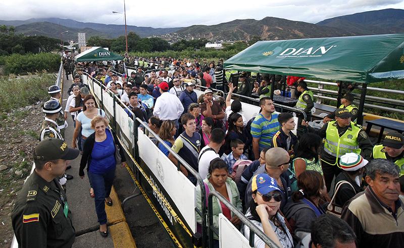 Wenezuelczycy zmierzają do Kolumbii na zakupy fot.Gabriel Barrero/EPA