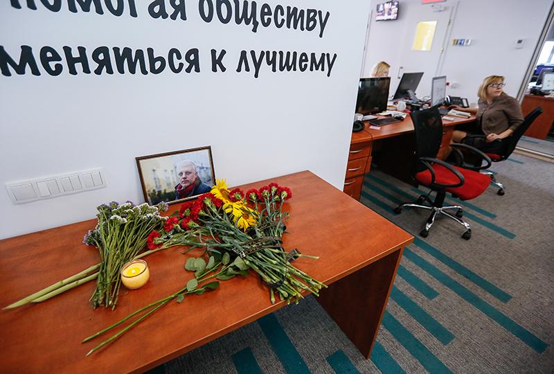 Zdjęcie zabitego dziennikarza Pawła Szeremeta w Radiu Vesti w Kijowie  fot.Roman Pilipey/EPA