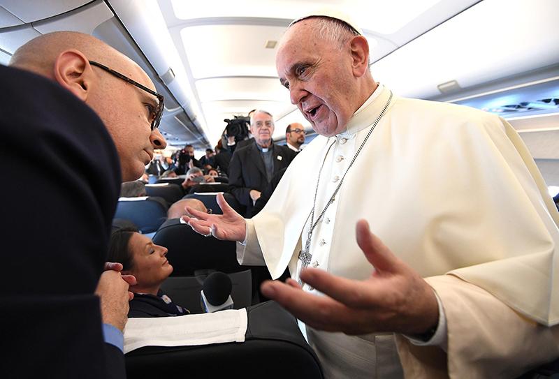 Papież Franciszek na pokładzie samolotu w drodze na Światowe Dni Młodzieży fot.Daniel Dal Zennaro/EPA