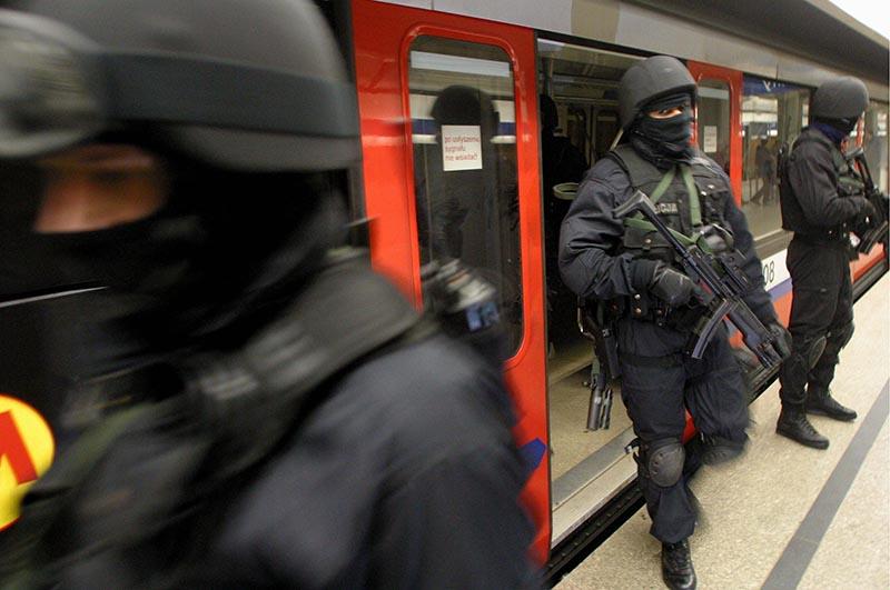 Ćwiczenia antyterrorytsów w warszawskim metrze fot.Tomasz Gzell/EPA