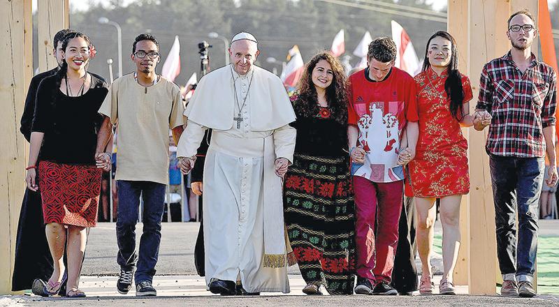 Papież przeszedł z młodymi przez Bramę Miłosierdzia, przed mszą w Brzegach koło Krakowa fot.Daniel Dal Zennaro/EPA