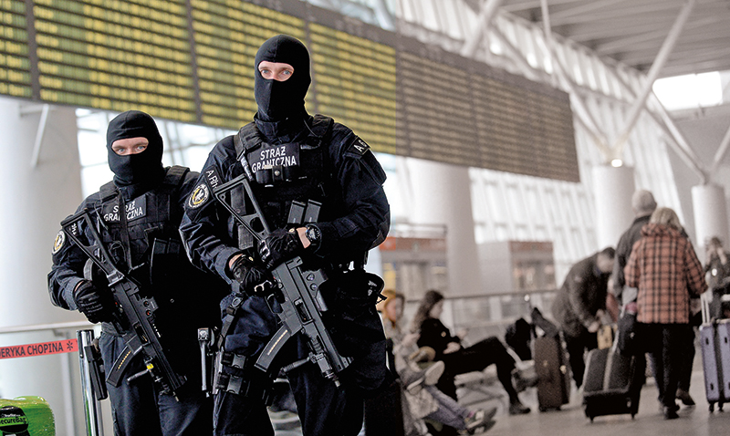 Wzmocniony patrol straży granicznej na lotnisku im. Chopina w Warszawie fot.Bartłomiej Zborowski/EPA