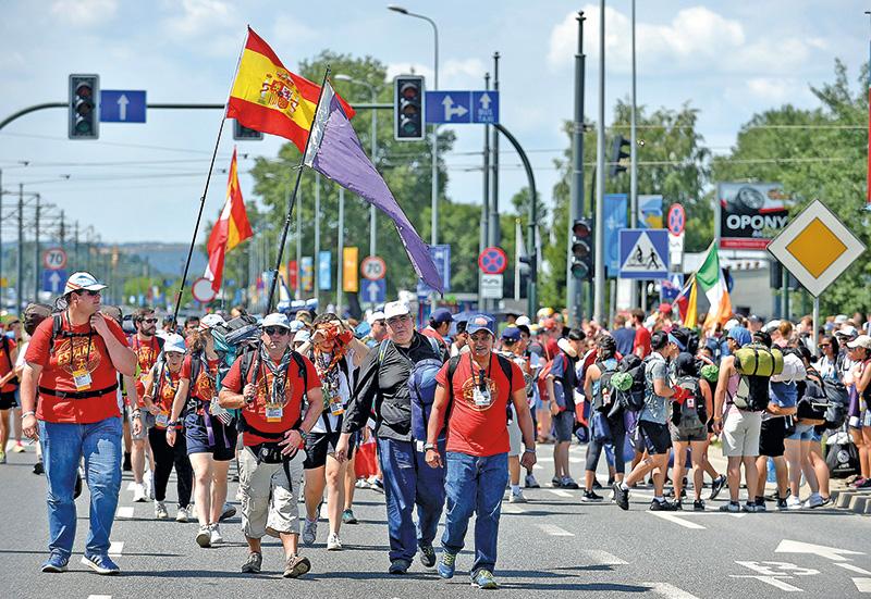 Pielgrzymi w drodze do Kampusu Miłosierdzia w Brzegach fot.Marcin Obara/EPA