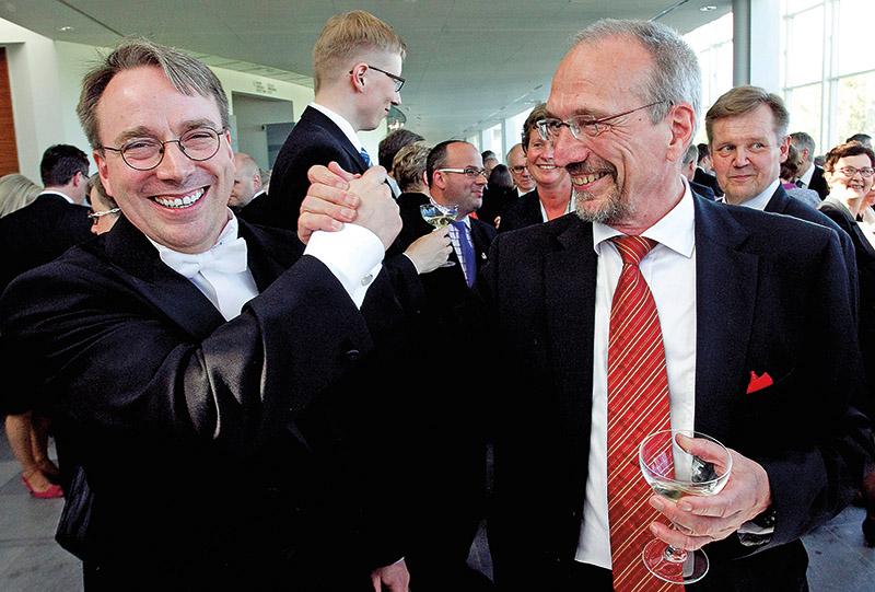 Ojciec Linuxa Linus Torvalds (z lewej) ze swoim biologicznym ojcem Nilsem Torvaldsem fot.Mauri Ratilainen/EPA
