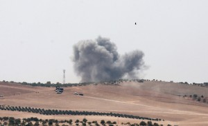 epa05508337 Smoke raises as Turkish tanks and members of the Free Syrian Army (FSA) pass the Syrian border as part of their offensive against the so-called Islamic State (ISIS or IS) militant group in Syria, in Karkamis district of Gaziantep, Turkey, 24 August 2016. The Turkish army launched an offensive operation against ISIS in Syria's Jarablus with its war jets and army troops in coordination with the US led coalition war planes.  EPA/SEDAT SUNA