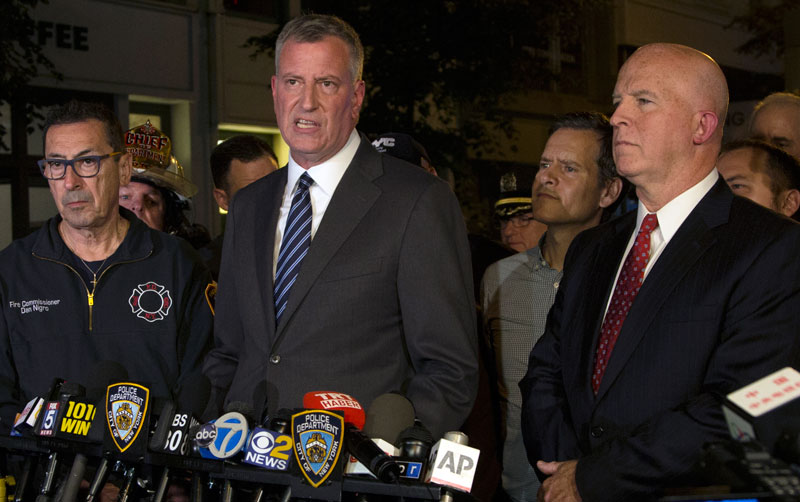 Burmistrz Nowego Jorku Bill De Blasio (w środku) fot. Alba Viagaray/EPA