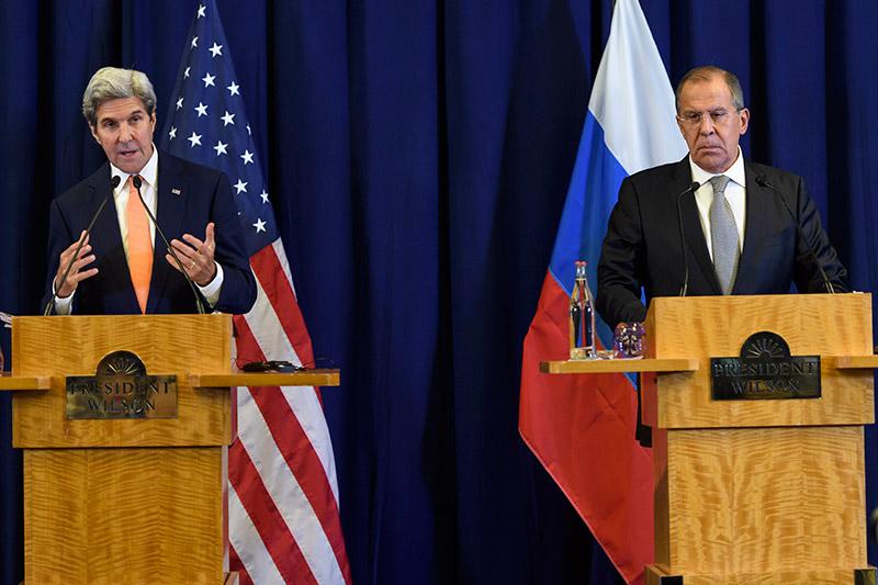 John Kerry (z lewej) i Siergiej Ławrow fot.Martial Trezzini/EPA