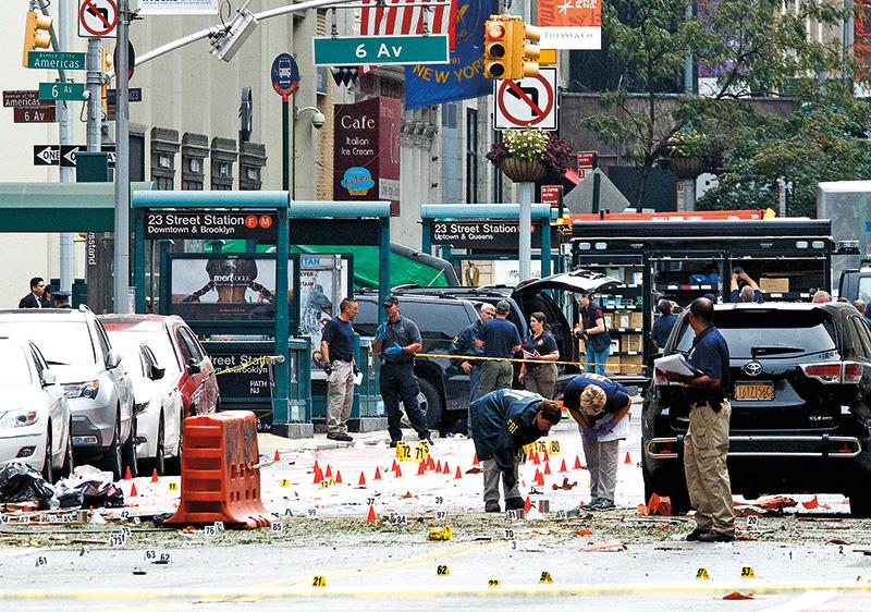 Policja na miejscu wybuchu w Chelsea w Nowym Jorku fot.Justin Lane/EPA