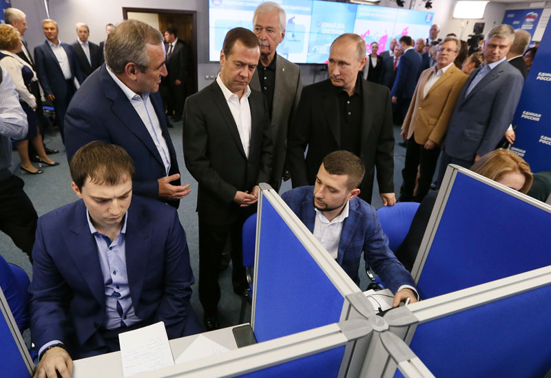 Władimir Putin i Dimitrij Miedwiediew w sztabie wyborczym partii Jedna Rosja fot. ALEXEI DRUZHININ/SPUTNIK/KREMLIN/EPA