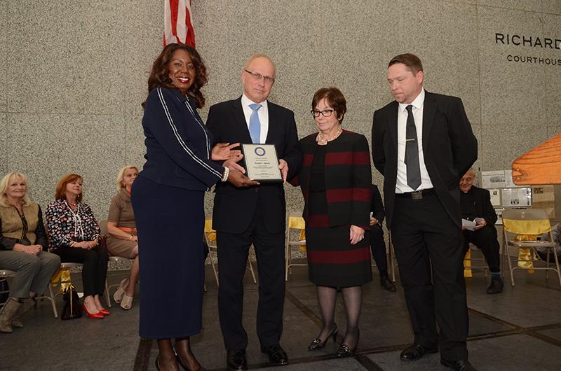 Z wyróżnionym Frankiem Spulą, prezesem KPA i ZNP, stoją sekretarz sądu Dorothy Brown (z lewej) oraz zastępca sekretarza sądu Mary Anselmo i red. Sergiusz Zgrzębski