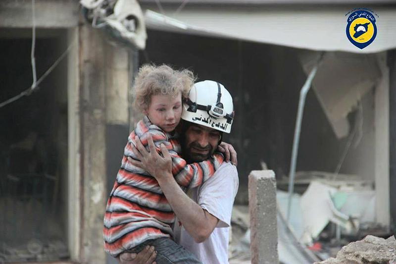 Białe Hełmy ratują rannych w nalotach na Aleppo  fot.Syria Civil Defence/Handout/EPA