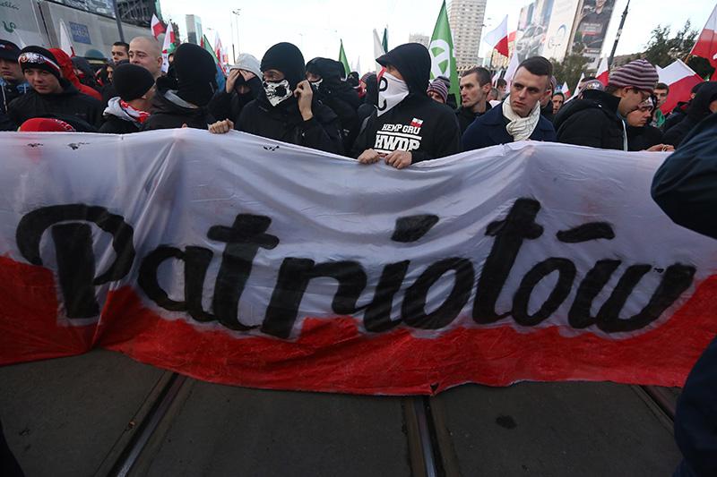 Uczestnicy Marszu Niepodległości w 2013 roku w Warszawie fot.Tomasz Gzell/EPA