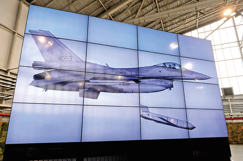 Polski F-16 uzbrojony w rakiety JASSM fot.Jakub Kaczmarczyk/EPA
