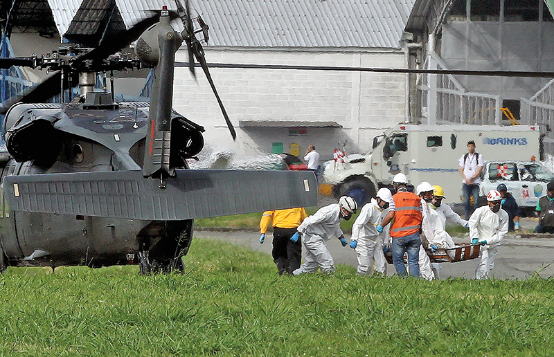 Ratownicy transportują kolejne ciało z miejsca katastrofy kolumbijskiego samolotu fot.Mauricio Duenas Castaneda/EPA