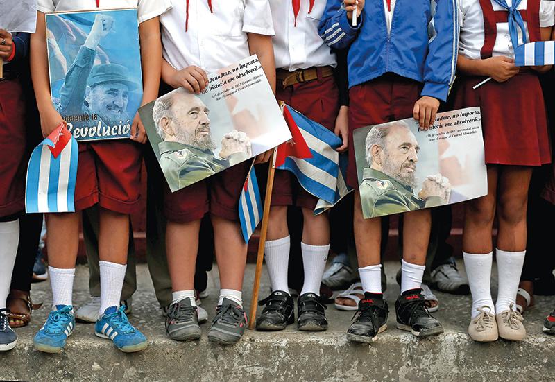 Uczniowie na ulicach Hawany. Pożegnanie Fidela Castro fot.Orlando Barria/EPA