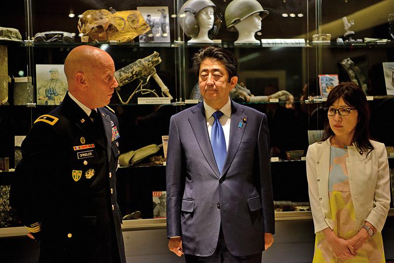 Shinzo Abe (w środku) z wizytą na Hawajach fot.US Department of Defense/Handout/EPA