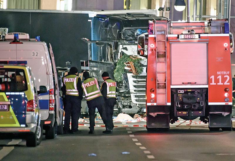 Wrak ciężarówki, która wjechała w odwiedzających jarmark świąteczny w Berlinie fot.Clemens Bilan/EPA