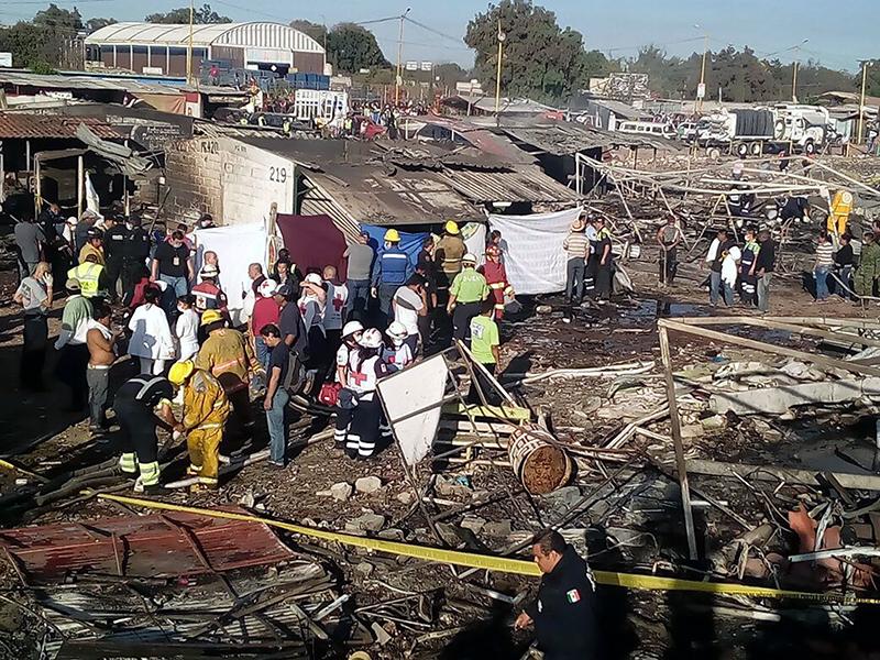 Zniszczone targowisko w Tultepec fot.Mexican Red Cross/Handout/EPA