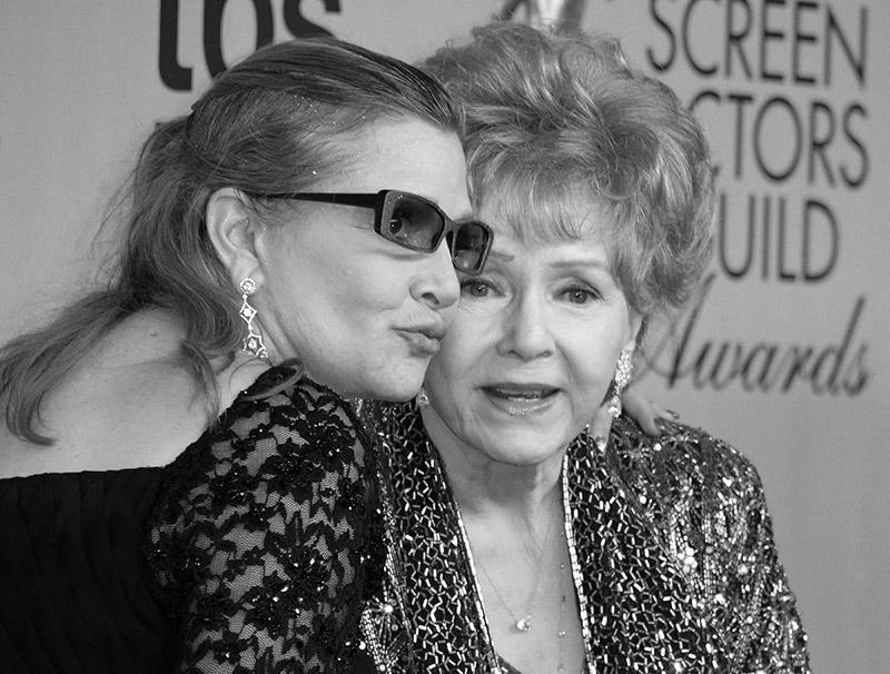 Debbie Reynolds (z prawej) i Carrie Fisher fot.Paul Buck/EPA