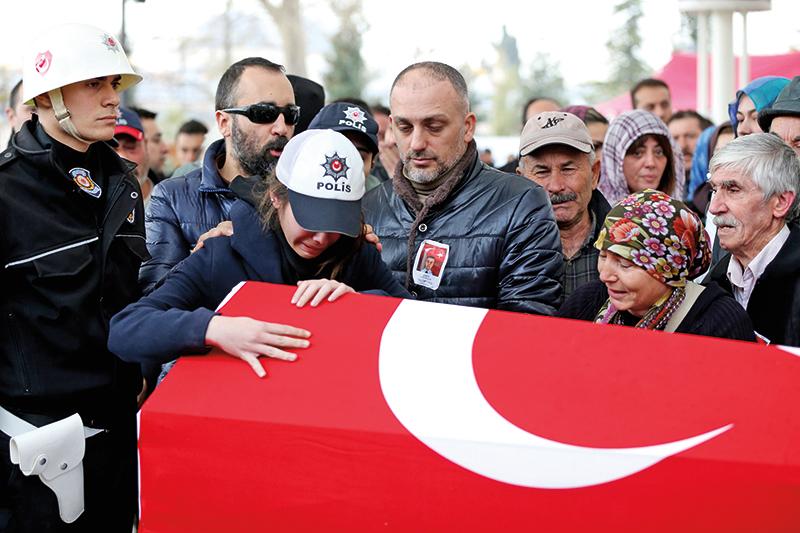 Pogrzeb jednej z ofiar zamachu w Stambule fot.Tolga Bozoglu/EPA