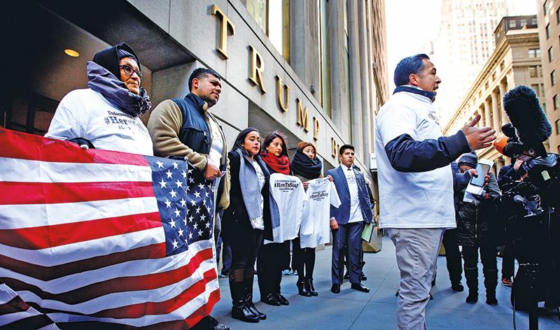 Uczestnicy programu DACA i ich rodziny podczas protestu przed Trump Tower w Nowym Jorku fot.Justin Lane/EPA