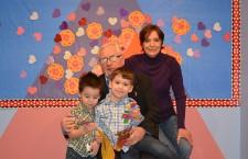 Aleks i Maks Holleman z babcią i dziadkiem
