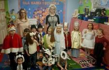 Panie i dzieci z przedszkola Sunny Day Care