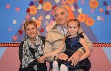 Zuzia Baran z babcią i dziadkiem