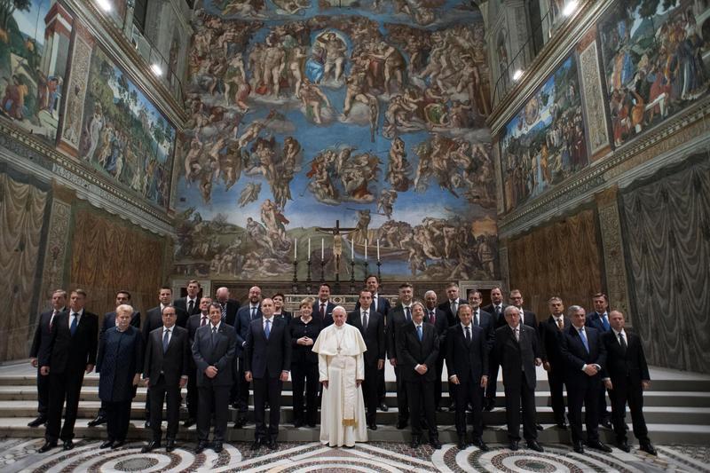 Pamiątkowe zdjęcie przywódcami UE z papieżem Franciszkiem fot. L'OSSERVATORE ROMANO HANDOUT/EPA