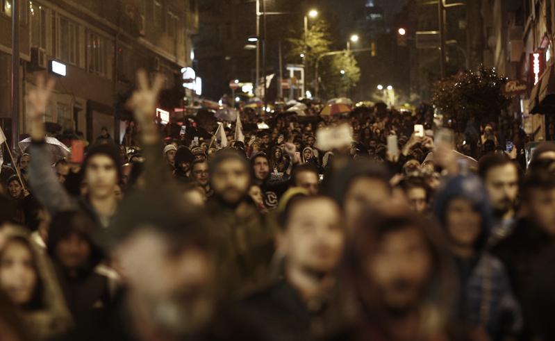 Protesty w Stambule po ogłoszeniu wstępnych wyników referendum fot. Sedat Suna/EPA