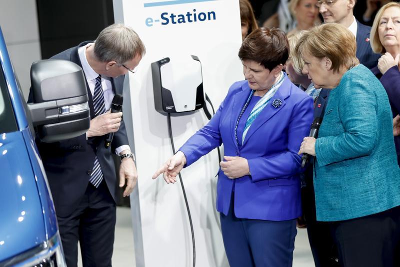 Beata Szydło i Angela Merkel podczas otwarcia targów w Hanowerze fot. Carsen Koall/EPA